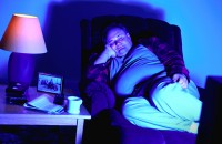 Un estudio británico sugiere que una excesiva luz en el dormitorio favorece el sobrepeso