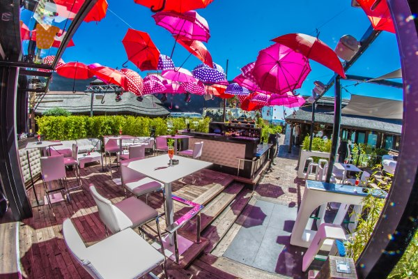 la terraza de velit es perfecta para planes de verano